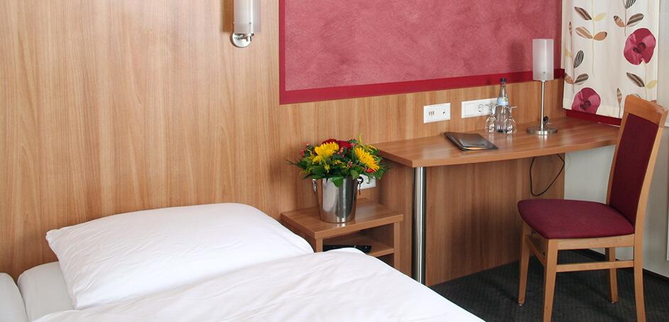 hotel-galerie4-schreibtisch-bett